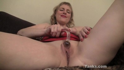 Yanks MILF Josie Pleasing her Twat with Toys