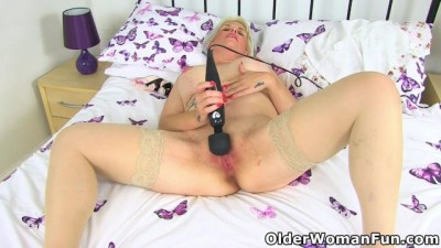 English MILF Skyler Works her Mature Clit